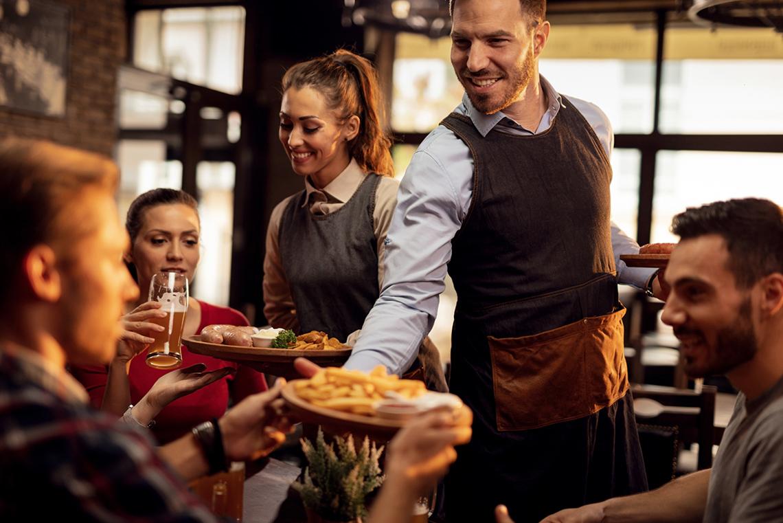 Odzież dla kelnera – na co warto postawić?